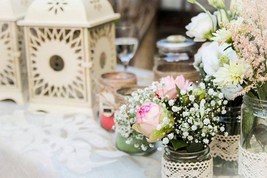 decorazione con lanterne e fiori